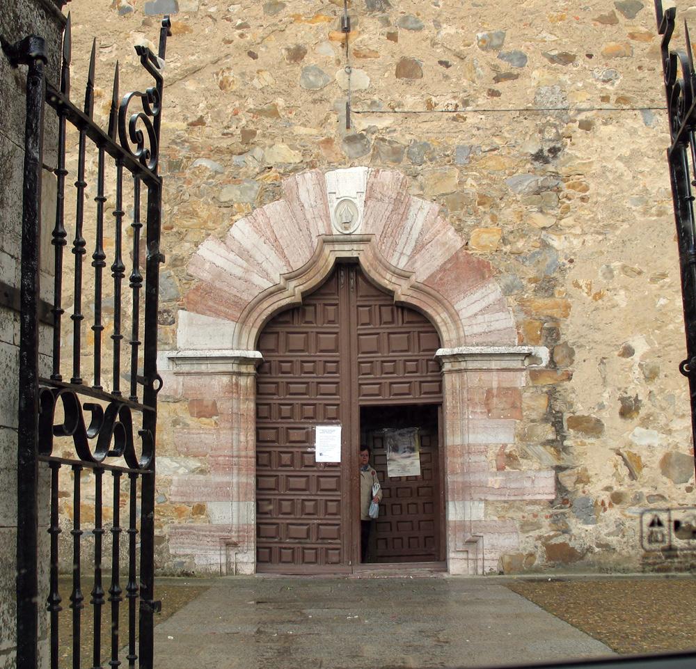 Portada de la iglesia de Benavides