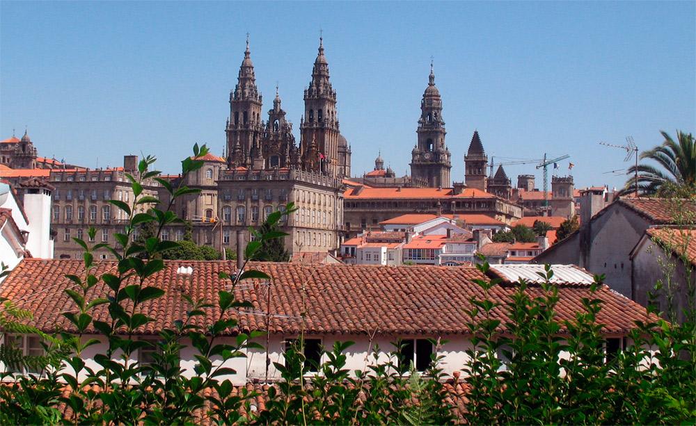 Torres de la catedral de Santiago de Compostela, emergiendo sobre los tejados de la ciudad. Imagen de Guiarte.com