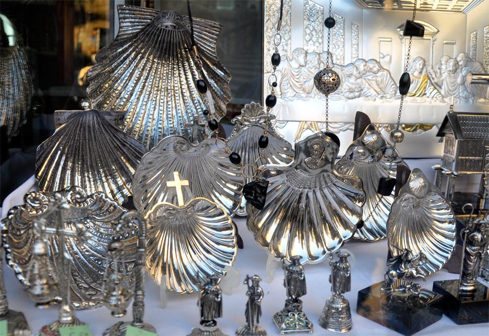 Las conchas –también de plata- siguen siendo un objeto de comercialización en el entorno de la catedral de Santiago de Compostela. Imagen de Guiarte.com