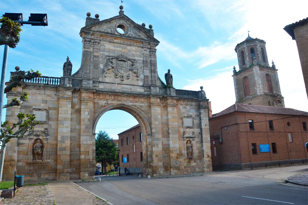 Puerta de San Beninto, en Sahagún
