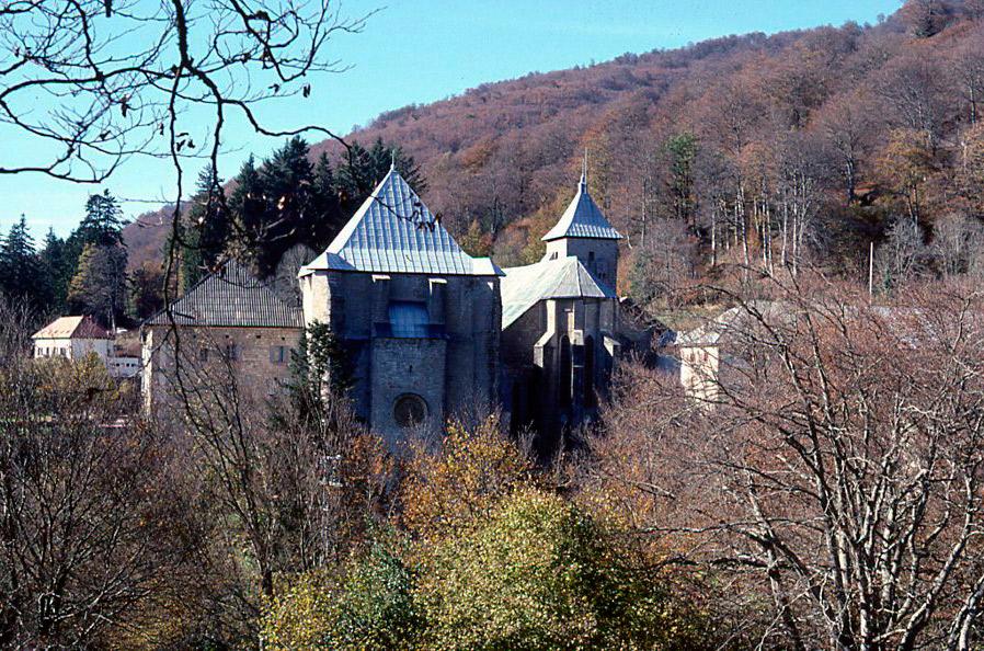 Roncesvalles, vista de la parte posterior del complejo religioso.