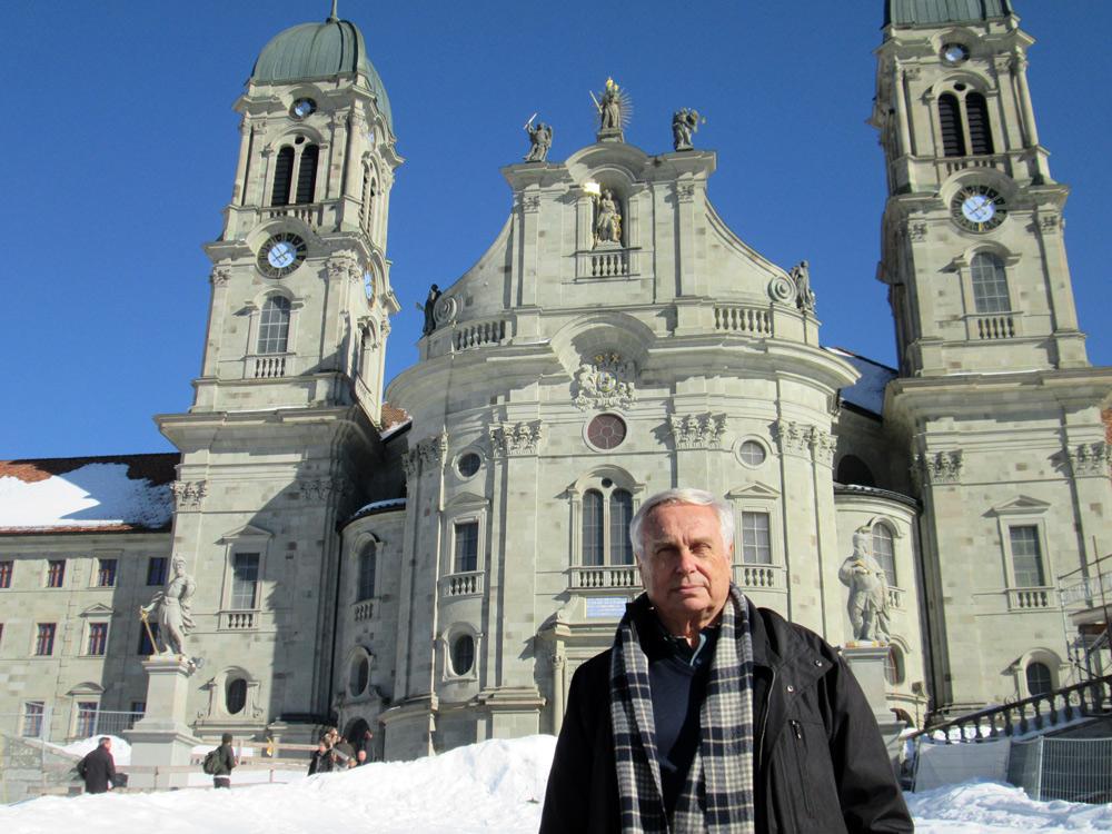 Tomás Alvarez ante el monasterio de Einsiedeln