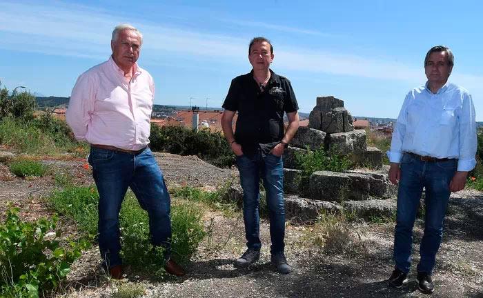 Lugo y León, con el camino de Künig. Tomás Alvarez, Javier Gómez Vila y Jesús Manuel Nuñez, ante los restos de la Cruz Götica de Trobajo del Camino