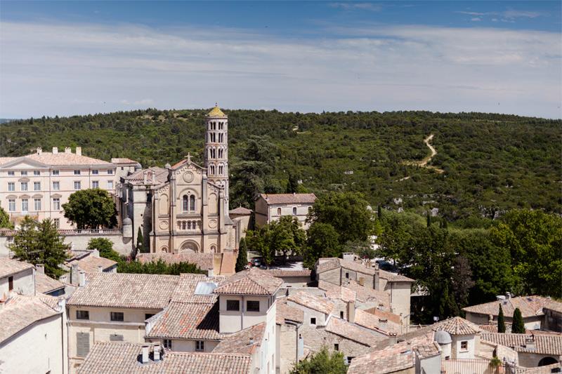 Uzès: la catedral, en medio del casco urbano