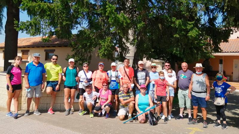 Grupo de caminantes en el avance por San Martín del Camino